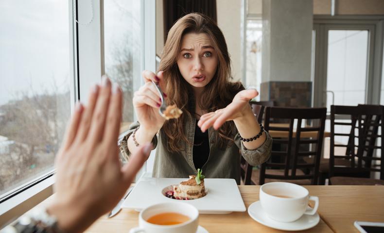 食べさせる女性