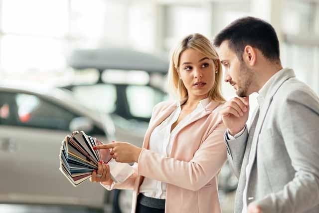 自動車の販売員とお客さん