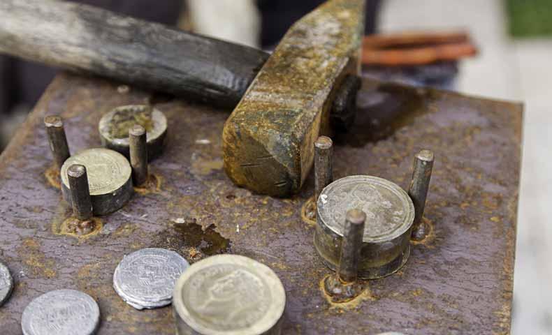 硬貨を鋳造する、製造する