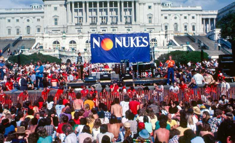 nuke(核兵器で攻撃する、核攻撃する)