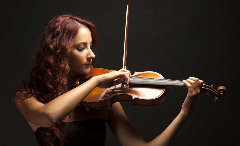 フィドル(バイオリン)を弾く